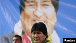 Prezidan peyi Bolivi a, President Evo Morales, ki tap asiste inogirasyon kay gouvènman an bati pou fanmi pòv yo nan katye El Alto, tou pre kapital la, La Paz. Atis-pent ki te fè dekorasyon sa a se Roberto Mamani nan dat 15 fevriye 2016 la.