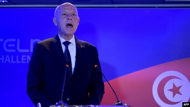 Le président tunisien Kais Saied prononce un discours à la suite du lancement de la fusée porteuse russe Soyouz-2.1a depuis le cosmodrome de Baïkonour au Kazakhstan.