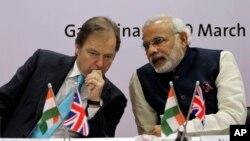 លោកហ៊ូហ្គោ ស្វារ៉េ (Hugo Swire) អនុរដ្ឋមន្ត្រីក្រសួងការបរទេសនិងជាសមាជិកសភានៃចក្រភពអង់គ្លេស (ឆ្វេង) ពិភាក្សាជាមួយលោក Narendra Modi អភិបាលរដ្ឋ Gujarat នៃប្រទេសឥណ្ឌា នៅក្នុងទីក្រុងGandhinagar នៃរដ្ឋ Gujarat កាលពីទី ២០ ខែមិនា ឆ្នាំ២០១៣។