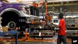 کار ساز کمپین نسان کی ایک فیکڑی میں ٹیکنیشن گاڑی اسمبل کر رہا ہے۔ مارچ 2018
