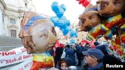 Balon- balon menggambarkan Pinokio tetapi dengan wajah PM Italia Matteo Renzi terlihat dalam aksi protes serikat buruh melawan pemerintah di Roma 12/12/2014.