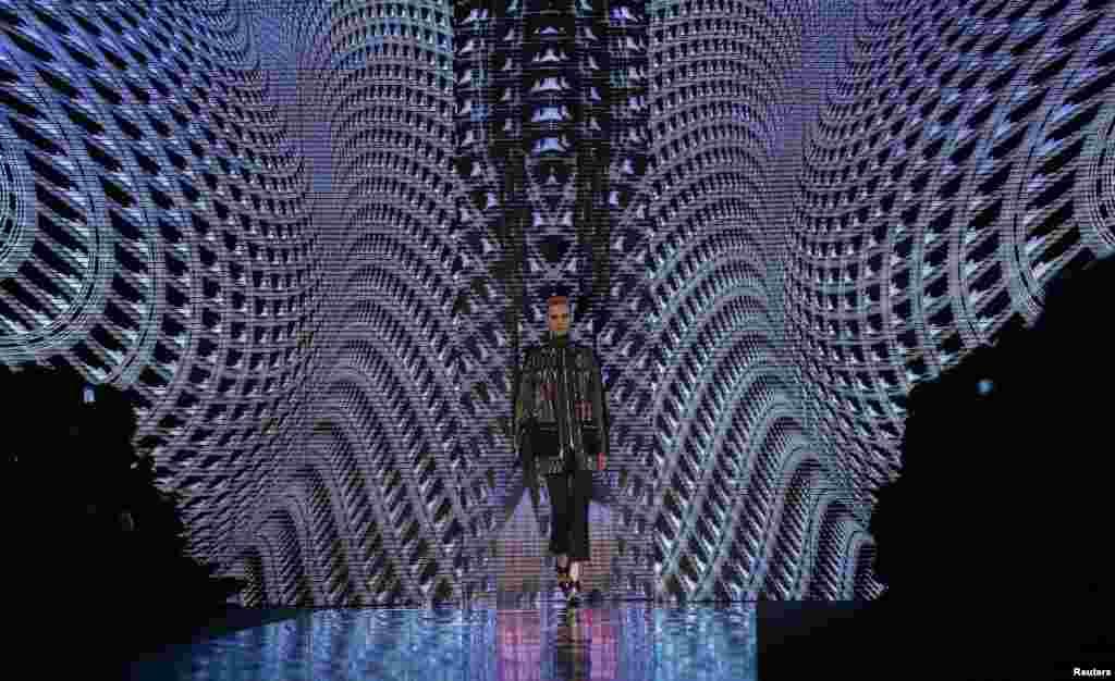 Seorang model tengah memperagakan koleksi musim gugur/dingin 2013 di ajang Milan Fashion Week, Milan, Italia.