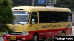 '세월호 참사' 생존학생들을 태운 차량이 28일 오전 경기도 안산 수원지법 안산지원으로 들어서고 있다.