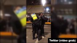 Hình ảnh chụp từ video trên mạng xã hội cho thấy một người biểu tình gốc Hoa bị cảnh sát bắt giữ ở Melbourne, Úc, ngày 16 tháng 8, 2019.