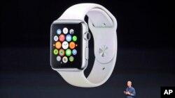 ایپل کے سربراہ ٹم کک 'ایپل واچ' کی لانچنگ کا اعلان کر رہے ہیں (فائل)