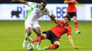 Bintang sepakbola Meksiko, Alan Pulido (kanan) berebut bola dengan pemain Nigeria Emmanel Emenike pada sebuah pertandingan persahabatan (foto: dok).