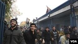 Demonstran Iran memasuki kawasan Kedutaan Besar Inggris di Teheran, Iran, Selasa (29/11).