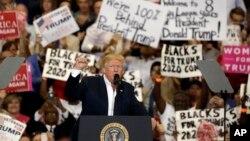 美国总统川普在佛罗里达州举行的集会上(2017年2月18日)