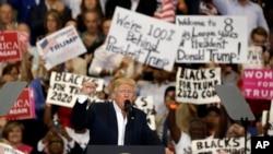 美国总统川普2月18日在佛罗里达州墨尔本市的一个大型集会上受到支持者的欢迎。