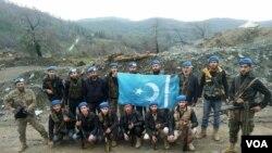 სურათზე: თურქმანული ბრიგადის მებრძოლები ჩრდილოეთ სირიაში