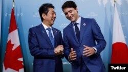 Thủ tướng Nhật và Canada trong một cuộc gặp.