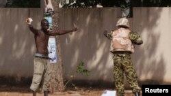 Un manifestant face et un militaire,Ouagadougou, 30 octobre 2014