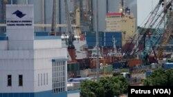 Situasi pelabuhan Tanjung Perak Surabaya dengan latar belakang kapal pengangkut kontainer (Foto: VOA/Petrus Riski).