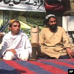 مظاہرے میں شریک صدااللہ جس کا کہنا ہے کہ اُس دونوں ٹانگین مبینہ ڈرون حملے میں ضائع ہوئیں