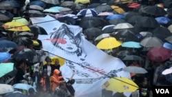 香港民間人權陣線8-18反送中維園流水式集會,第一批從維園疏散的人群,由多名民主派人士拉著一幅集會主題的大橫額帶領。(美國之音湯惠芸拍攝)