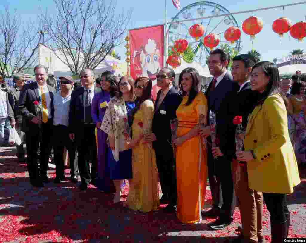 Quan khách tham dự lễ khai mạc Hội Hoa Xuân (ảnh Bùi Văn Phú)