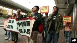 梁国雄(前排右一)率队前往中联办抗议