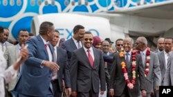 Umushikiranganji wa Eritreya w'Imigenderanire Osman Sale, hagati, aha ikaze umushikiranganji wa mbere wa Ethiopia, Abiy Ahmed, hagati i Addis Ababa, Ethiopia, italiki 26/06/2018.