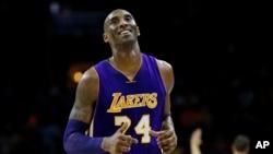 Kobe Bryant des Los Angeles Lakers lors d'un match de la NBA contre les Philadelphia 76ers à Philadelphie, le 1 décembre 2015.