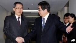 中國北韓事務代表武大偉(左)4月5日訪日﹐在東京與日本外相岸田文雄。