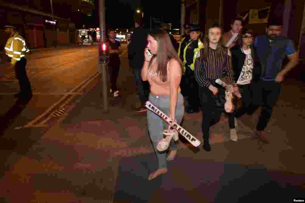 برطانیہ کے شہر مانچسٹر کے سٹی سینٹر میں امریکی گلوکارہ آریانا گرانڈے کےکنسرٹ کے دورانمبینہ خودکش دھماکا ہوا۔