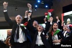 24일 스위스 서부 로잔에서 열린 국제올림픽위원회(IOC) 총회에서 이탈리아의 밀라노와 코르티나가 2026년 동계올림픽 개최지로 호명되자 이탈리아 대표단들이 환호하고 있다.