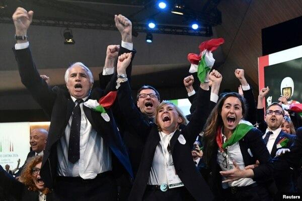 스위스 서부 로잔에서 열린 국제올림픽위원회(IOC) 총회에서 이탈리아의 밀라노와 코르티나가 2026년 동계올림픽 개최지로 호명되자 이탈리아 대표단들이 환호하고 있다.
