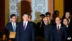 တ႐ုတ္သမၼတ Xi Jinping ၊ ျမန္မာသမၼတ ဦးသိန္းစိန္နဲ႔ အိႏၵိယ ဒုတိယသမၼတ Hamid Ansari တို႔ ၿငိမ္းခ်မ္းစြာအတူယွဥ္တဲြေနထုိင္ေရး ႏွစ္ (၆၀) ျပည့္အခမ္းအနား တက္ေရာက္ၾကစဥ္။ (ဂၽြန္ ၂၈၊ ၂၀၁၄)