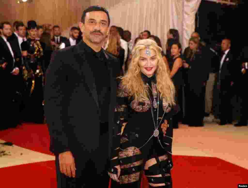 """La cantante llega junto al diseñador de moda, Riccardo Tisci, al Metropolitan Museum of Art Costume Institute Gala (Met Gala) para celebrar la apertura de """"Manus x Machina: la moda en una era de tecnología"""" en el barrio de Manhattan en Nueva York, 2 de mayo de 2016. Foto: Reuters"""