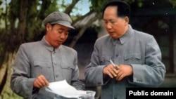 1955年,掌管中南海警卫工作的中央军委警卫局负责人汪东兴少将与毛泽东合影(中国老照片)