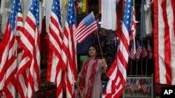 ရန္ကုန္ၿမိဳ႕ အလံအေရာင္းဆုိင္ ျမင္ကြင္း။