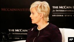 "Cindy McCain, Kepala ""Human Trafficking Advisory Council"" pada McCain Institute for International Leadership"