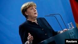La canciller alemana Angela Merkel durante la conferencia de prensa que ofreció en Berlín para responder a recientes declaraciones del presidente electo de Estados Unidos, Donald Trump.