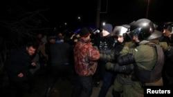 乌克兰中部新桑扎里(Novi Sanzhary)地区,当地居民封锁了通往疗养院的道路,从中国湖北省撤离的人员将在那里隔离至少两个星期(2020年2月20日)