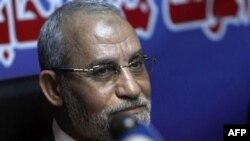 Thủ lãnh của tổ chức Huynh đệ Hồi giáo Mohammed Badie phát biểu tại một cuộc họp báo tại một văn phòng quốc hội của nhóm này ở Cairo, Ai Cập, ngày 9 tháng 10, 2010