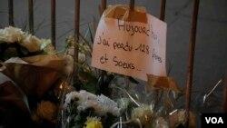 بر کاغذ نوشته شده : امروز ۱۲۸ خواهر و برادرم را از دست دادم. عکس: نیلوفر پورابراهیم