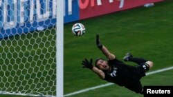 이란 골키퍼가 세계적 스타인 메시의 슛을 막기 위해 몸을 날리고 있다. 메시의 결승골로 아르헨티나는 1-0으로 승리했다.
