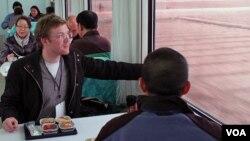 지난해 4월 북한을 방문한 서방 취재진들이 평안북도 철산군 서해 위성발사장으로 향하는 기차에서 식사를 제공 받았다. (자료사진)