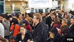 Para penumpang memenuhi bandara Kairo, menunggu penerbangan untuk keluar dari Mesir akibat kerusuhan yang makin tak terkendalikan.