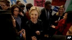 ຜູ້ສະໝັກເປັນປະທານາທິບໍດີ ສະຫະລັດສັງກັດພັກ ເດໂມແຄຣດ ທ່ານນາງ Hillary Clinton, ກາງ, ທັກ ທາຍພວກສະໜັບສະໜູນ ໃນຂະນະທີ່ ທ່ານນາງ ຢ້ຽມຢາມ ຫ້ອງການໂຄສະນາຫາສຽງໃນພື້ນທີ່ ຢູ່ທີ່ນະຄອນ Oakland, ລັດ California, ວັນທີ 6 ພຶດສະພາ 2016.