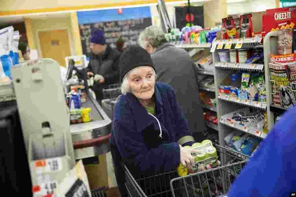 تعداد زیادی از فروشگاهها و سوپرمارکتها در ایالات متحده ساعاتی را برای خرید کردن سالمندان در نظر گرفتهاند.
