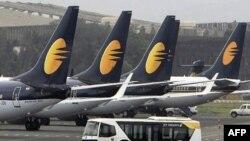 Phi cơ của hãng hàng không Ấn Độ Jet Airways trong phi trường nội địa ở thành phố Mumbai, Ấn Độ
