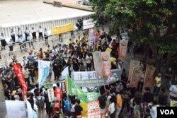 示威區被大型水馬及多重鐵馬陣圍困。(美國之音湯惠芸)