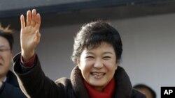پارک گون هی نخستین زن در تاریخ کره جنوبی است که رئیس جمهوری می شود.