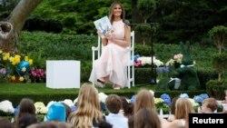 Мелания Трамп читает детям книгу на 139-м ежегодном празднике катания пасхальных яиц на южной лужайке Белого дома. Вашингтон, США, 17 апреля 2017