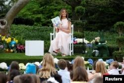 Перша леді Меланія Трамп читає діточкам-учасникам «катання яєць» у 2017р.