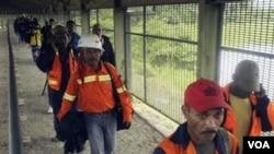 Pekerja Freeport meninggalkan lokasi tambang di tengah-tengah aksi mogok di Timika bulan lalu (15/9).