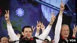 Presiden Taiwan Ma Ying-jeou dan pasangan cawapres Wu Den-yih (kanan) mengumumkan kemenangan dalam pemilu Presiden di Taipei (14/1).