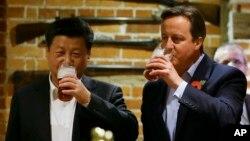 영국을 방문 중인 시진핑 중국 국가주석(왼쪽)이 22일 캐머런 영국 총리와 체커스 인근 술집에서 맥주를 함께 마시고 있다.