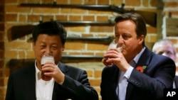 Presiden China Xi Jinping (kiri) bersama Perdana Menteri Inggris David Cameron (kanan) di Inggris, Kamis, 22 Oktober 2015. (AP Photo/Kirsty Wigglesworth)